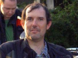 ... Alain Voirol, immer im Einsatz, wenn's ihn braucht - auch als erprobter Feuermeister beim Brätlen - pict83973x4klein